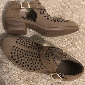 Bella Vita. Perforated Booties. Size 7. New.